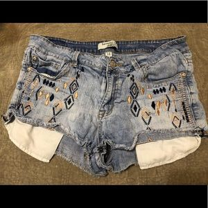 Jean shorts with long pockets and stitching